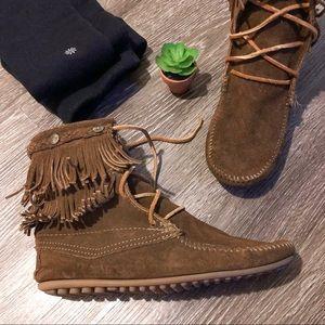 Minnetonka   8   boots moccasins in tan w fringe